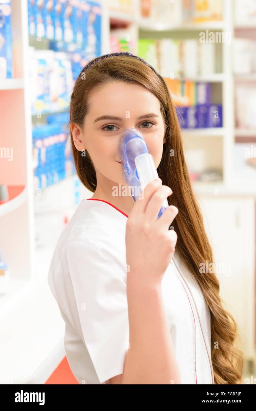 Apotheker Holding ein Aerosol Maske in einer Drogerie Stockfoto