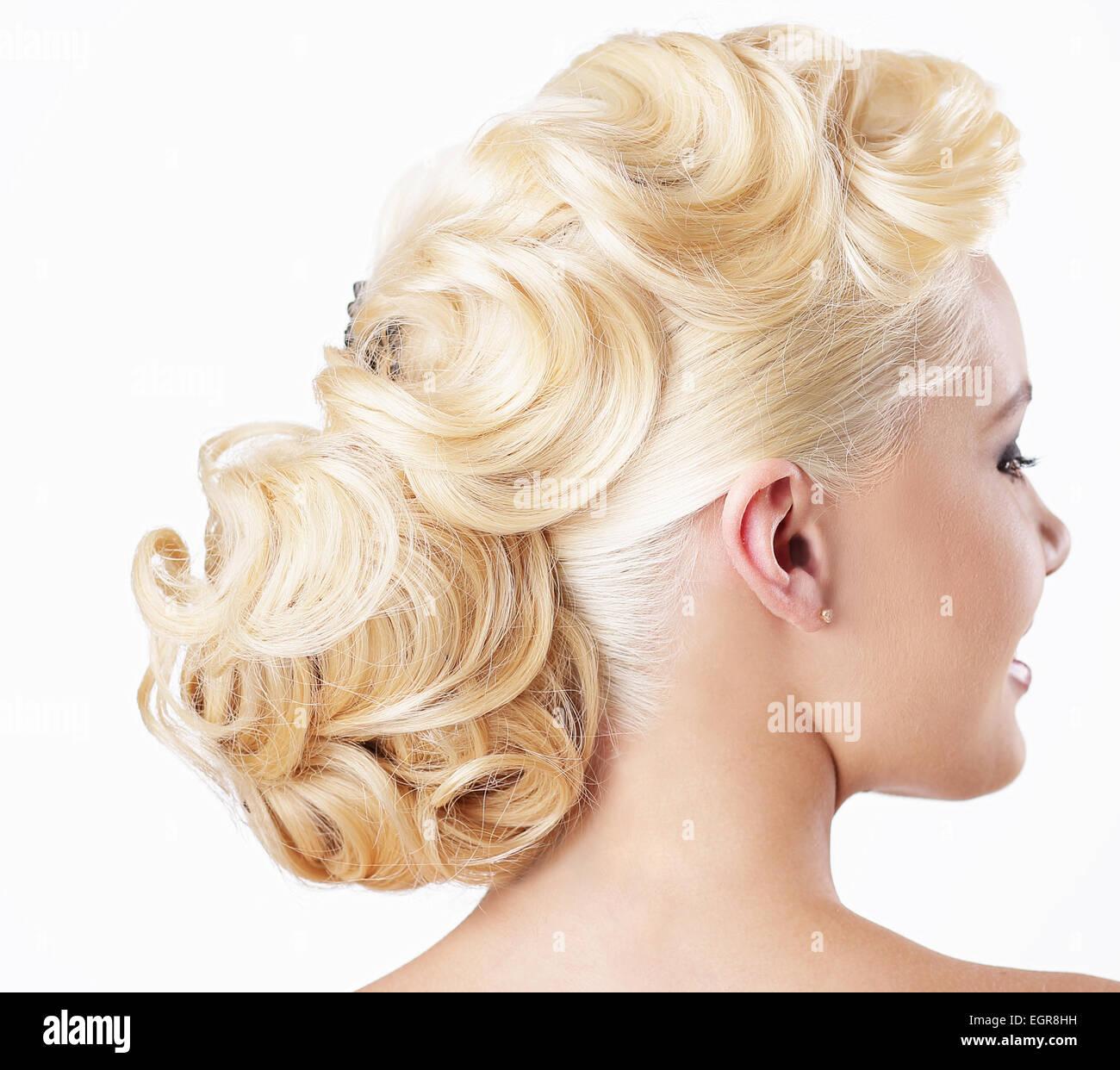Eleganz. Rückansicht des Blondine mit festlichen Frisur Stockbild