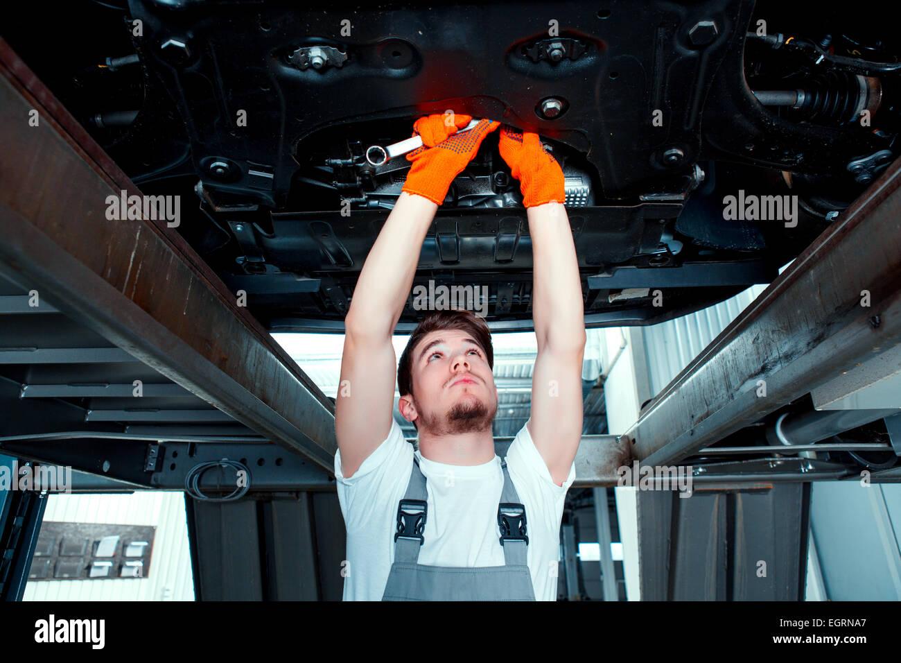 Kfz-Mechaniker an der Tankstelle Stockbild
