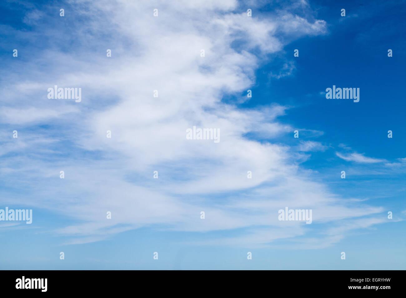 weißen geschwollene Wolkenfetzen machen eine schöne Wolkengebilde dekorieren den blauen Himmel und das Stockbild