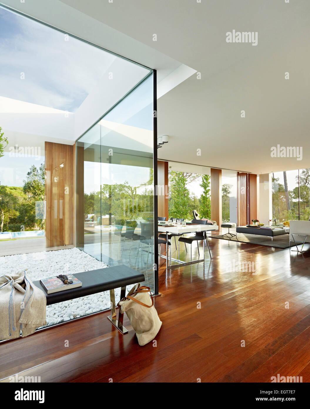 sitzbank in voller l nge fenster im offenen wohnzimmer modernes wohnhaus in sifera spanien. Black Bedroom Furniture Sets. Home Design Ideas
