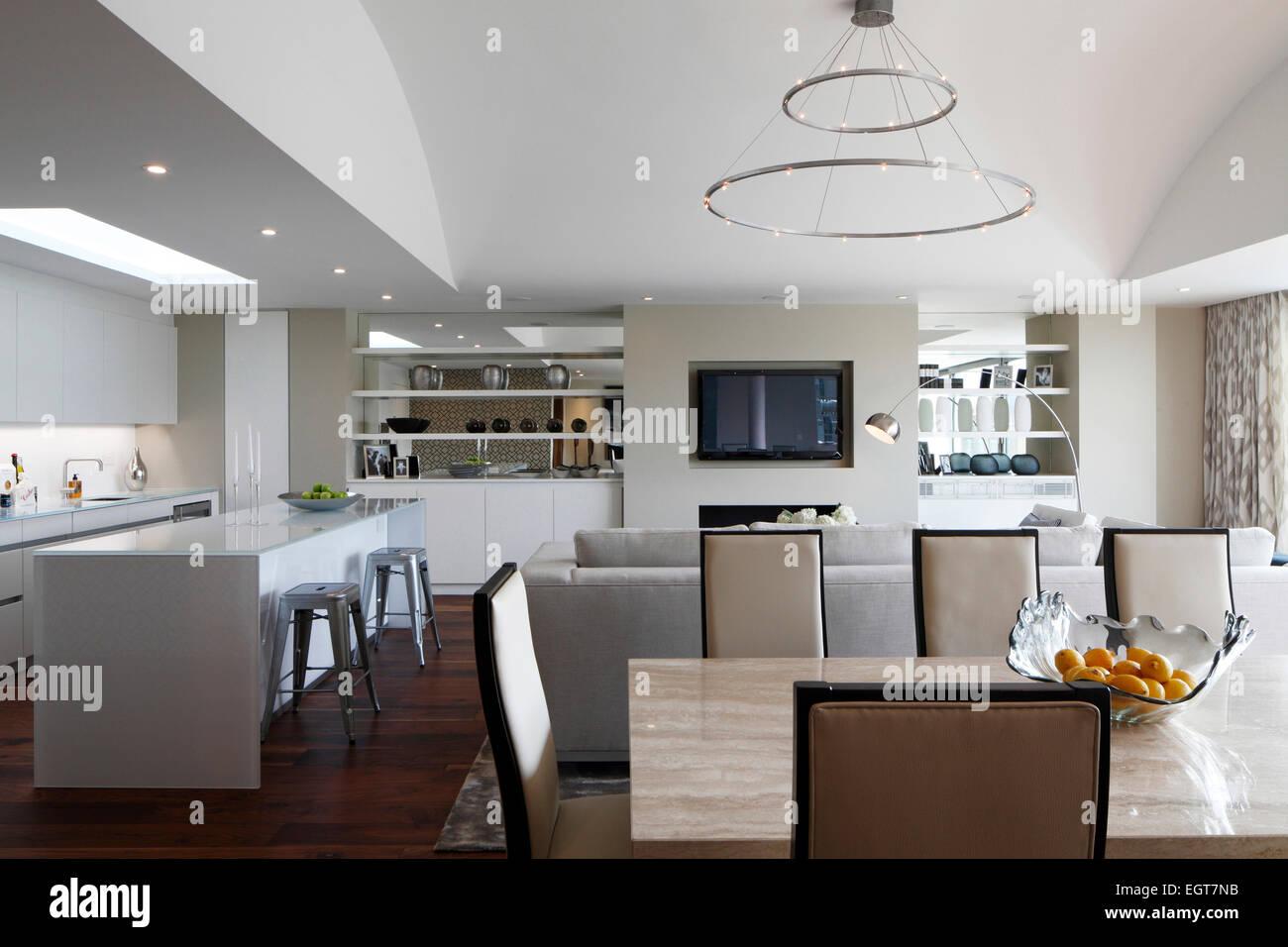 Blick vom Essbereich in Richtung Küche und Wohnbereich unter ...