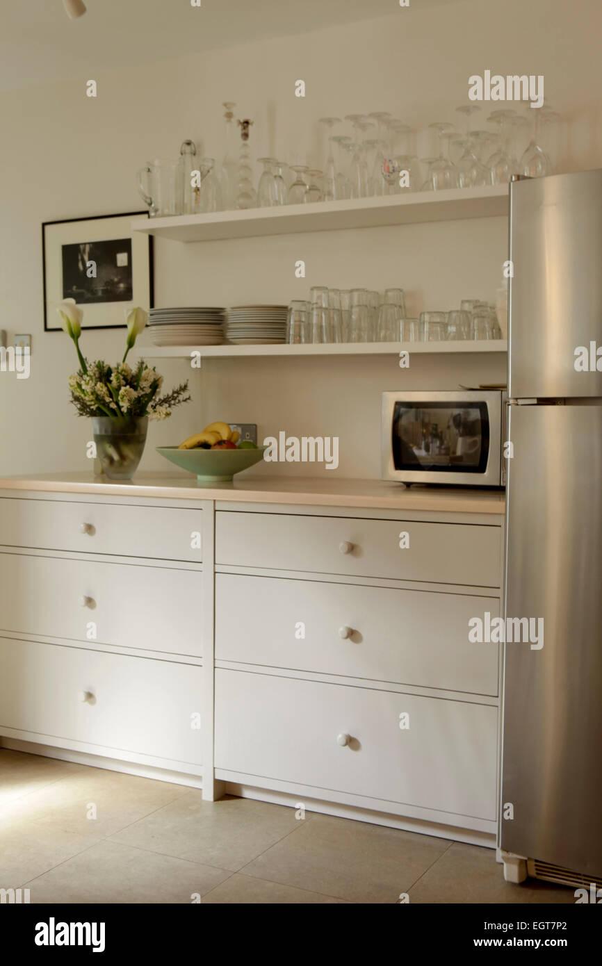 Sideboard in Küche mit Regalen Stockfoto, Bild: 79208922 - Alamy