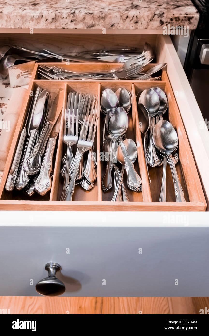 Organisierte Küchenschublade utensil Stockbild