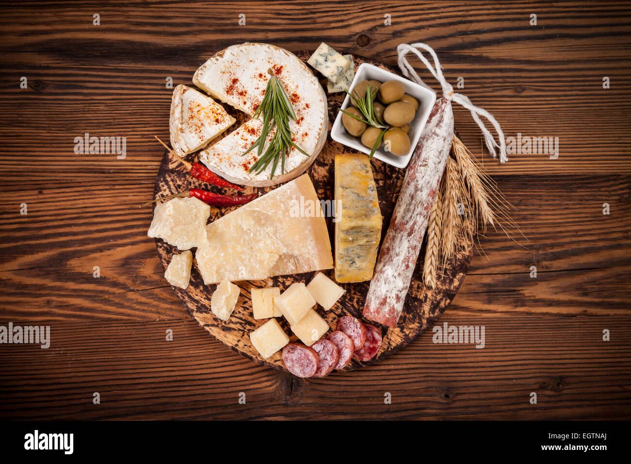 Käse-Anordnung auf Schneidebrett serviert. Schuss aus Vogelperspektive Stockbild