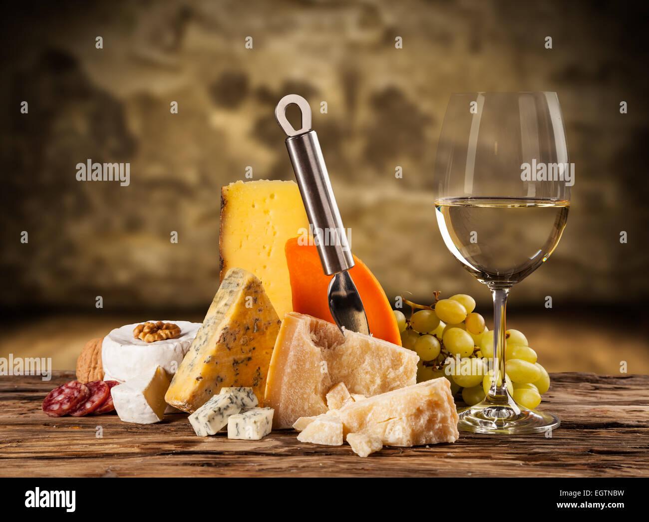 Verschiedene Arten von Käse mit Weißwein Stockbild