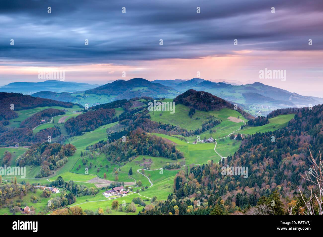 Blick vom Belchenflue an der Grenze des Kantons Basel-Landschaft und Kanton Solothurn im Jura, Schweiz. Stockbild