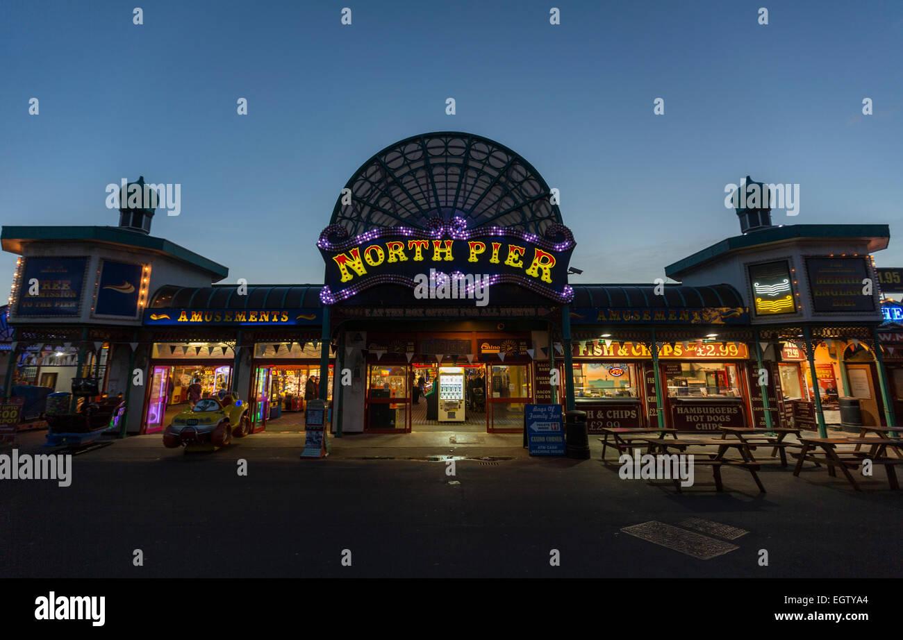 Beleuchtete Nordpier in der Abenddämmerung. Blackpool-Beleuchtung in der Nacht mit den beleuchteten Turm Stockfoto