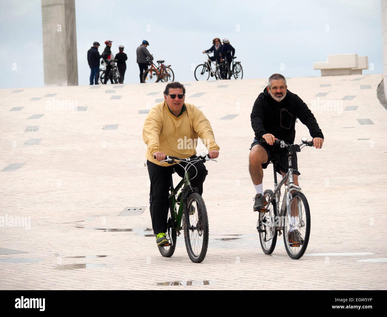 Beiden mittleren Alters Männer Reiten Fahrräder Stockbild
