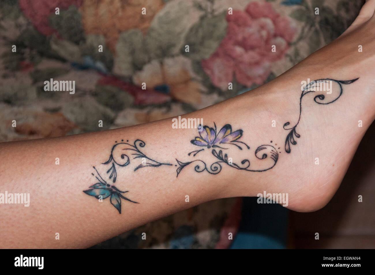 Ein Schönes Tattoo Auf Eine Frau Knöchel Stockfoto Bild 79233200