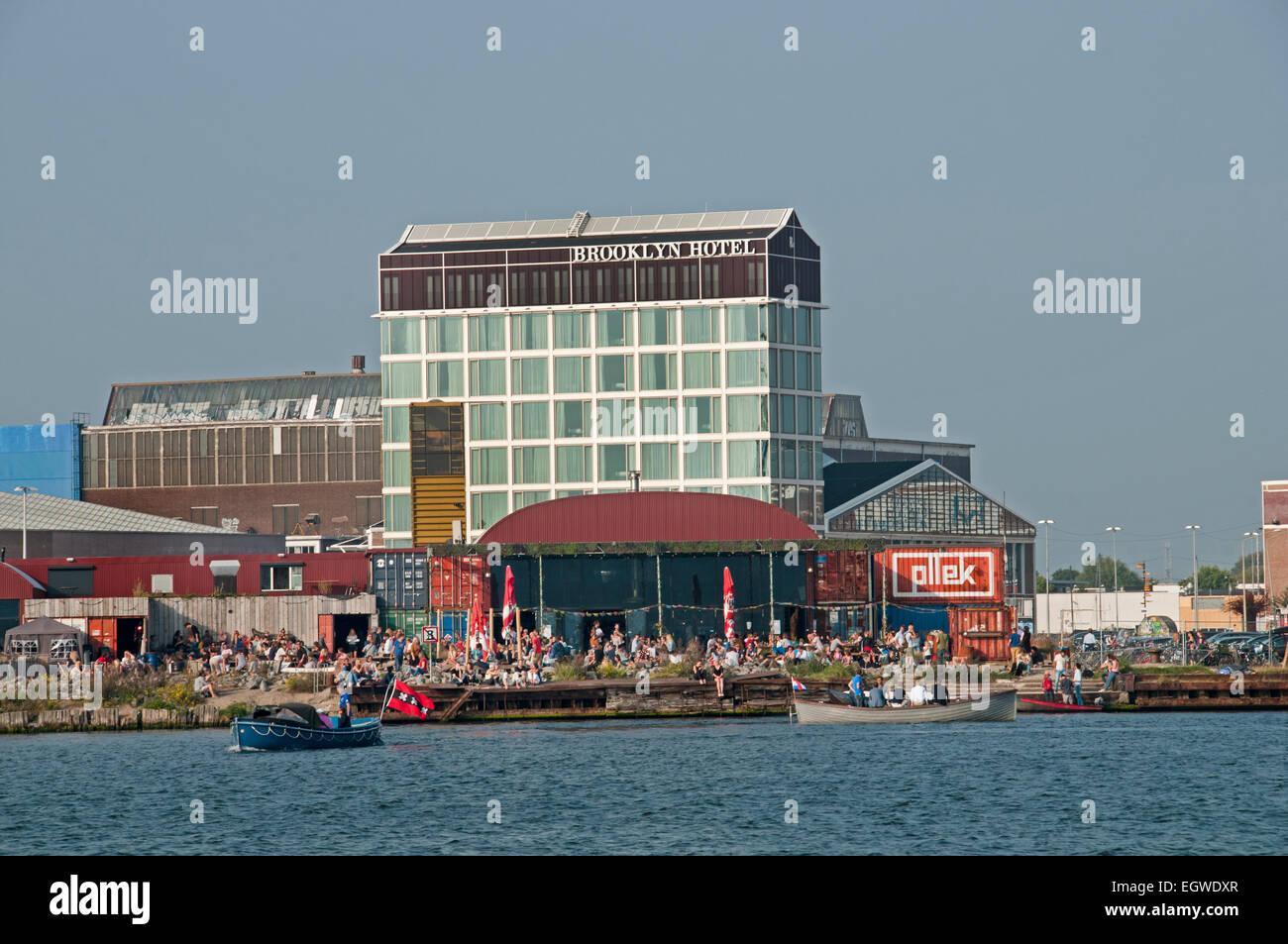 Pllek Strand Café Pub Bar, die Pllek der Industrierohstoffe (Containern) Restaurant auf der IJ-Hafen-NDSM-Werft Stockbild
