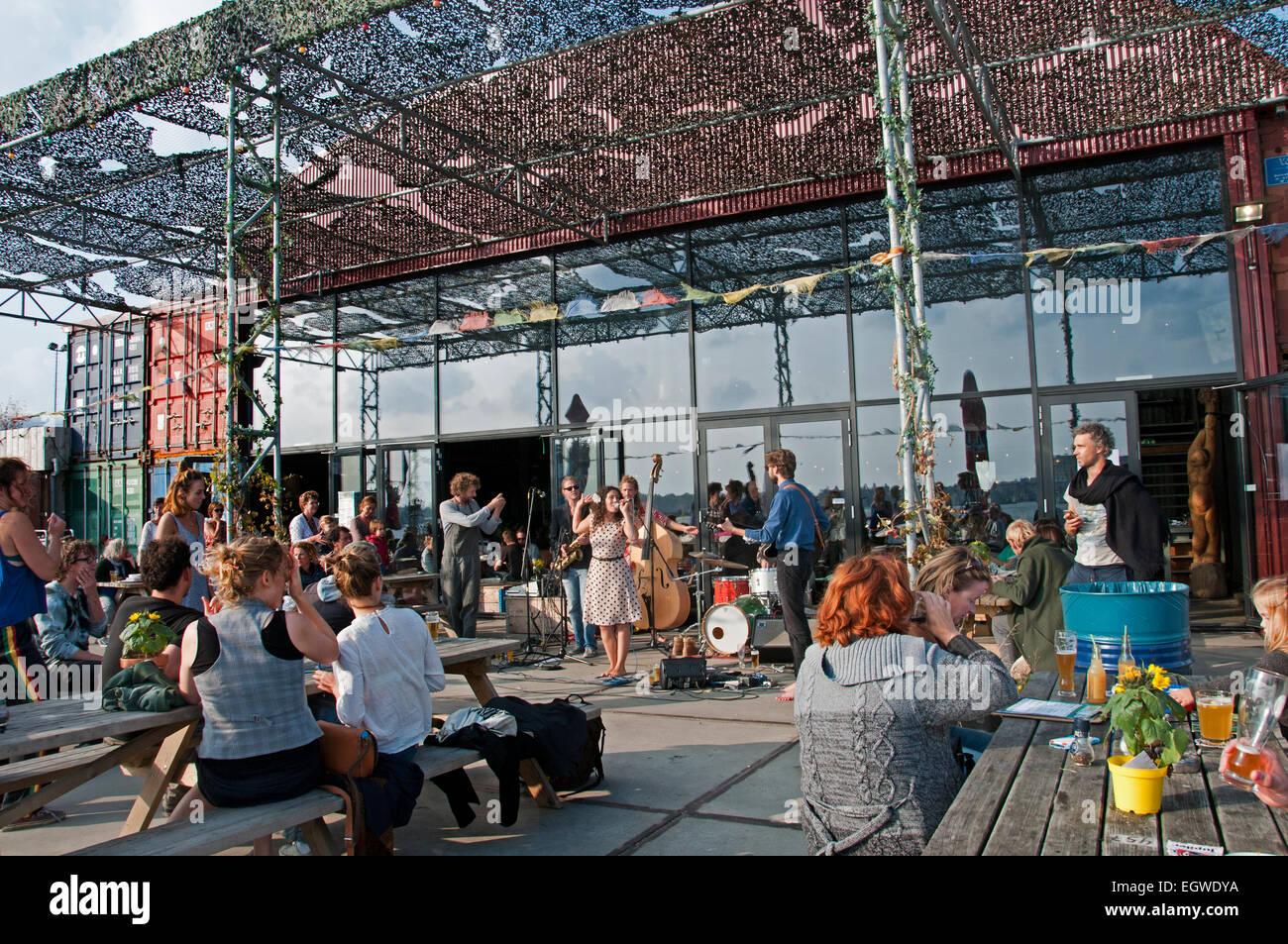 Pllek Strand Café Pub Bar, die Pllek der Industrierohstoffe (Containern) Restaurant auf dem IJ-Hafen Hafen Stockbild