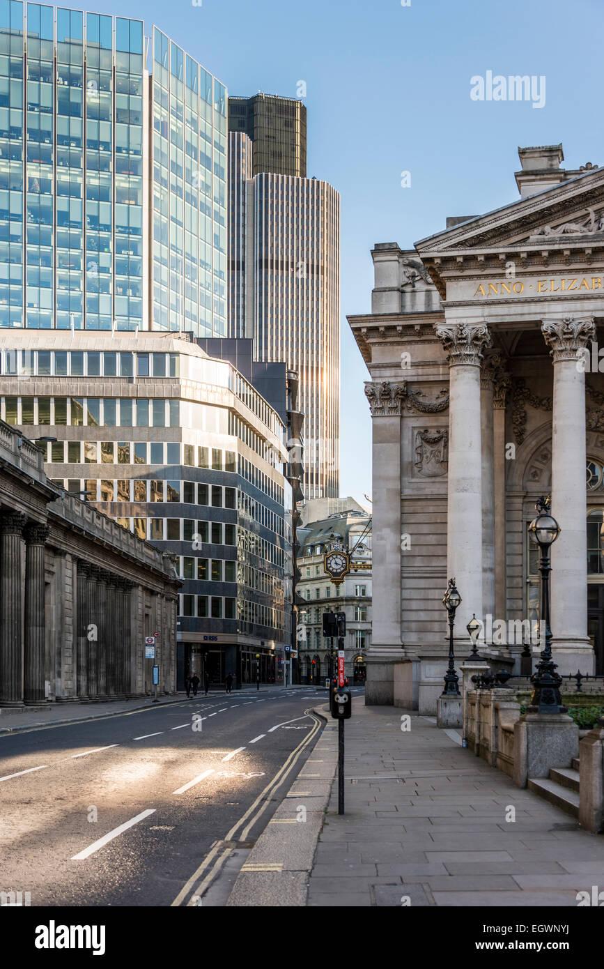 Blick nach unten Threadneedle Street bei der Bank of England auf der linken Seite, die Royal Exchange auf der rechten Stockbild