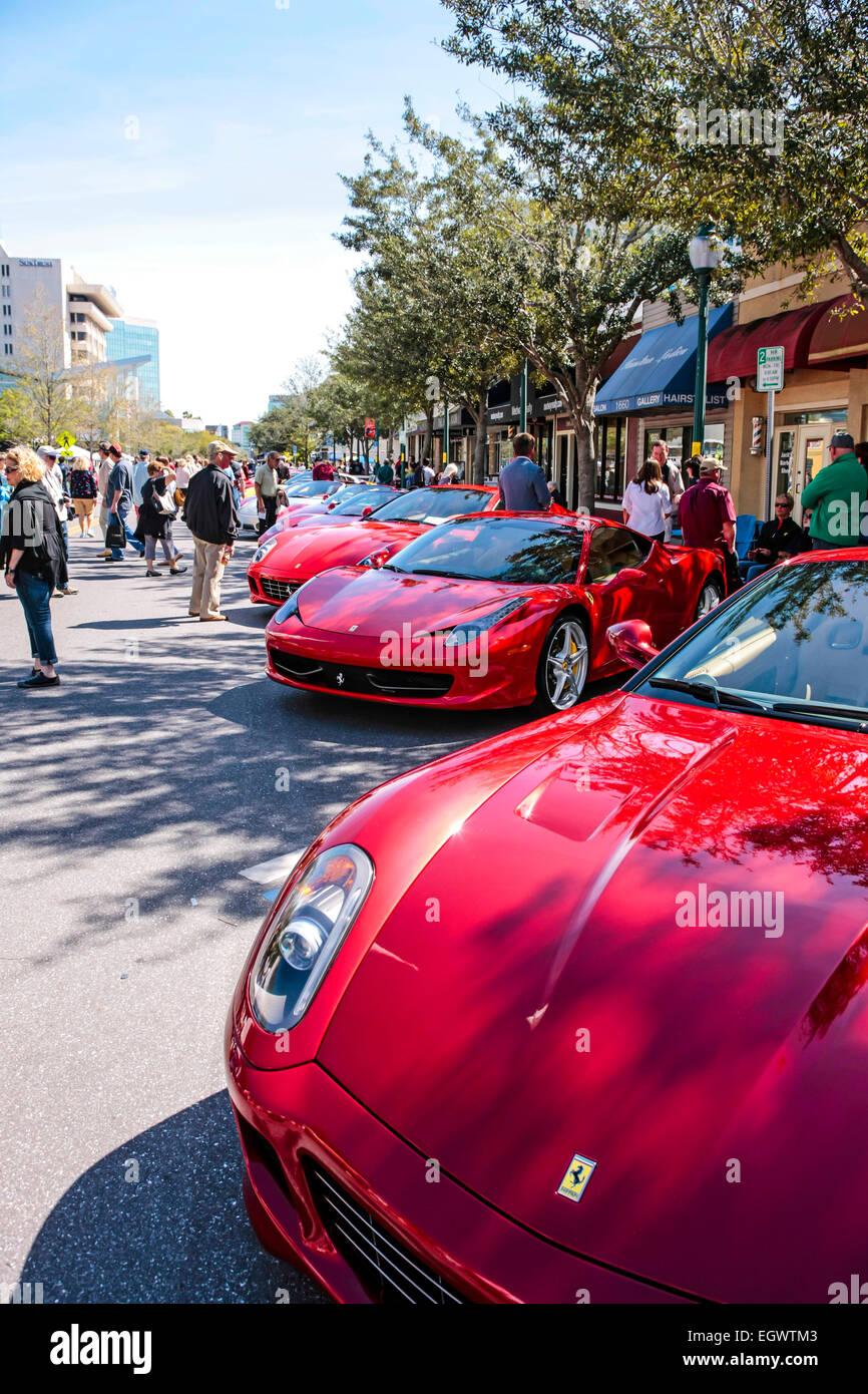 Rote Italienische Ferrari Sportwagen Auf Dem Display An Der Exotischen Autoschau In Der Innenstadt Von Sarasota Fl Stockfotografie Alamy