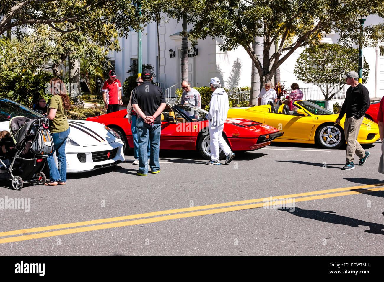 Anzeige Der Roten Weißen Und Gelben Italienischen Ferrari Sportwagen Auf Sarasota Exotische Ca Stockfotografie Alamy