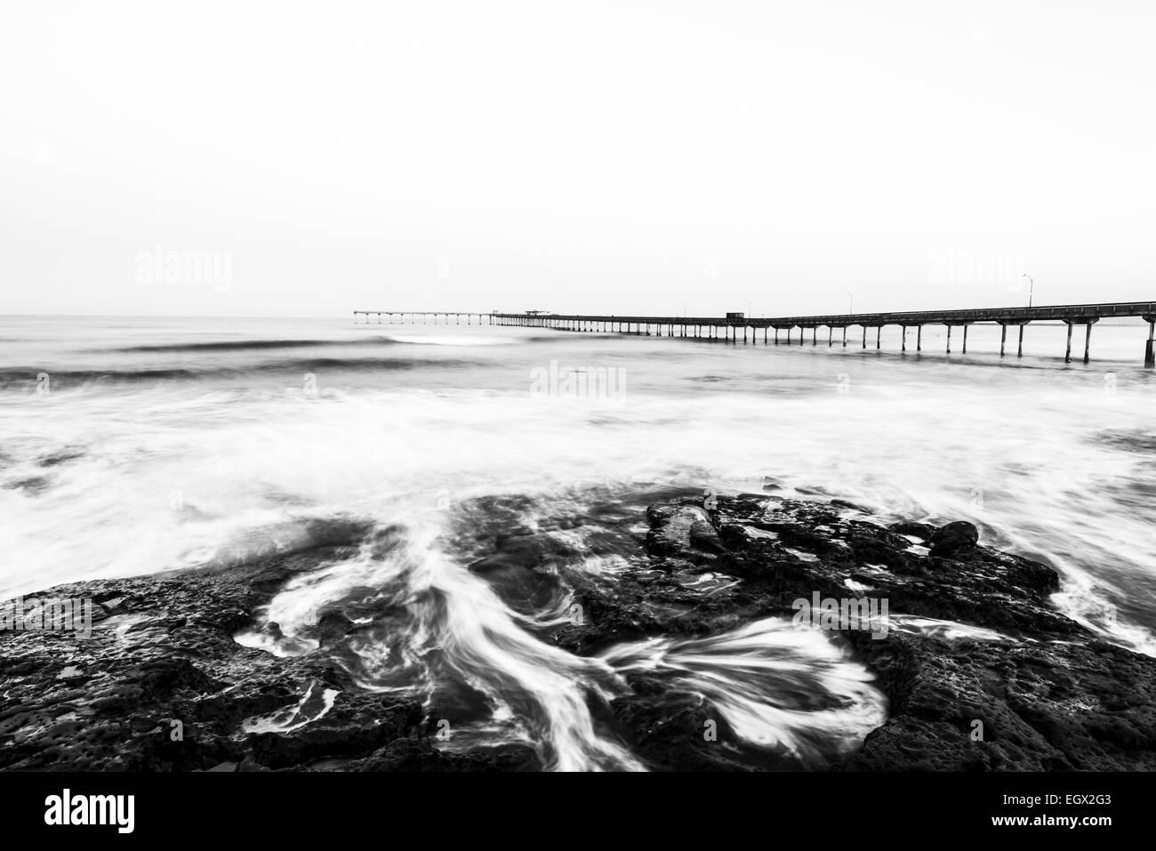 Die Ocean Beach Pier gesehen in den frühen Morgen von über einem gezeitentümpel. San Diego, Kalifornien, Stockbild