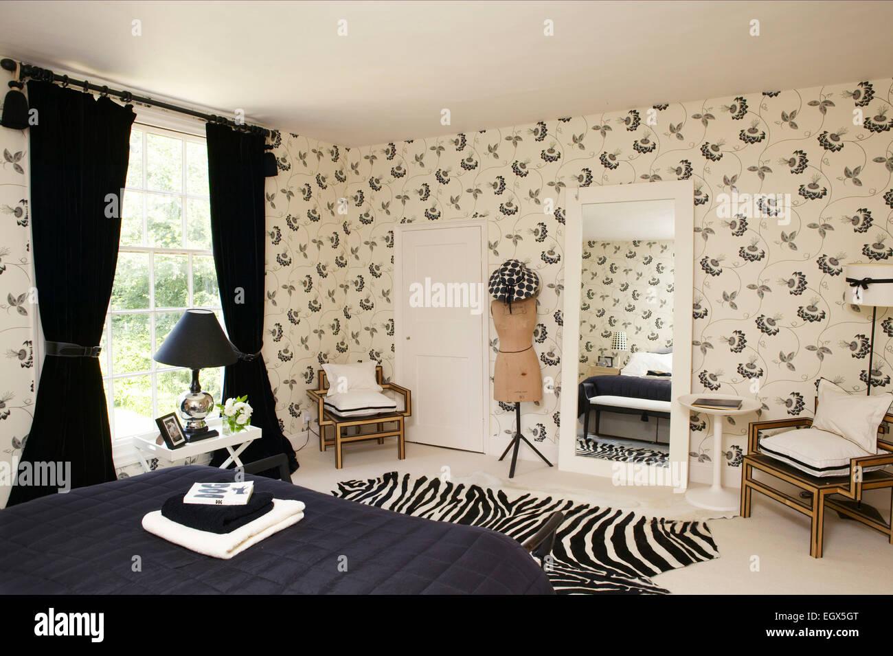 Fesselnd Dramatische Schwarz / Weiß Schlafzimmer Mit Gemusterten Tapeten