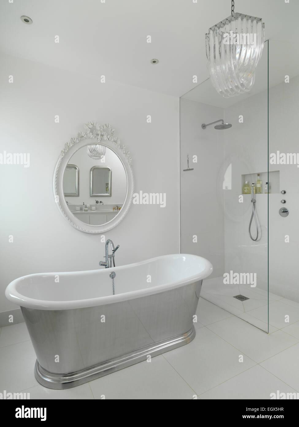 Freistehende Badewanne Im Zentrum Des Weißen Badezimmer, UK Nach Hause