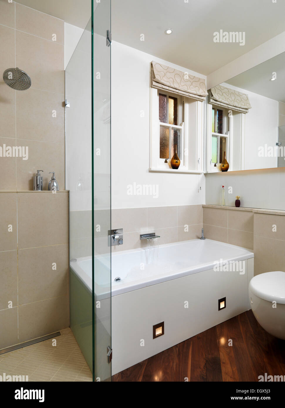 badewanne in ecke des badezimmers neben dusche uk nach. Black Bedroom Furniture Sets. Home Design Ideas