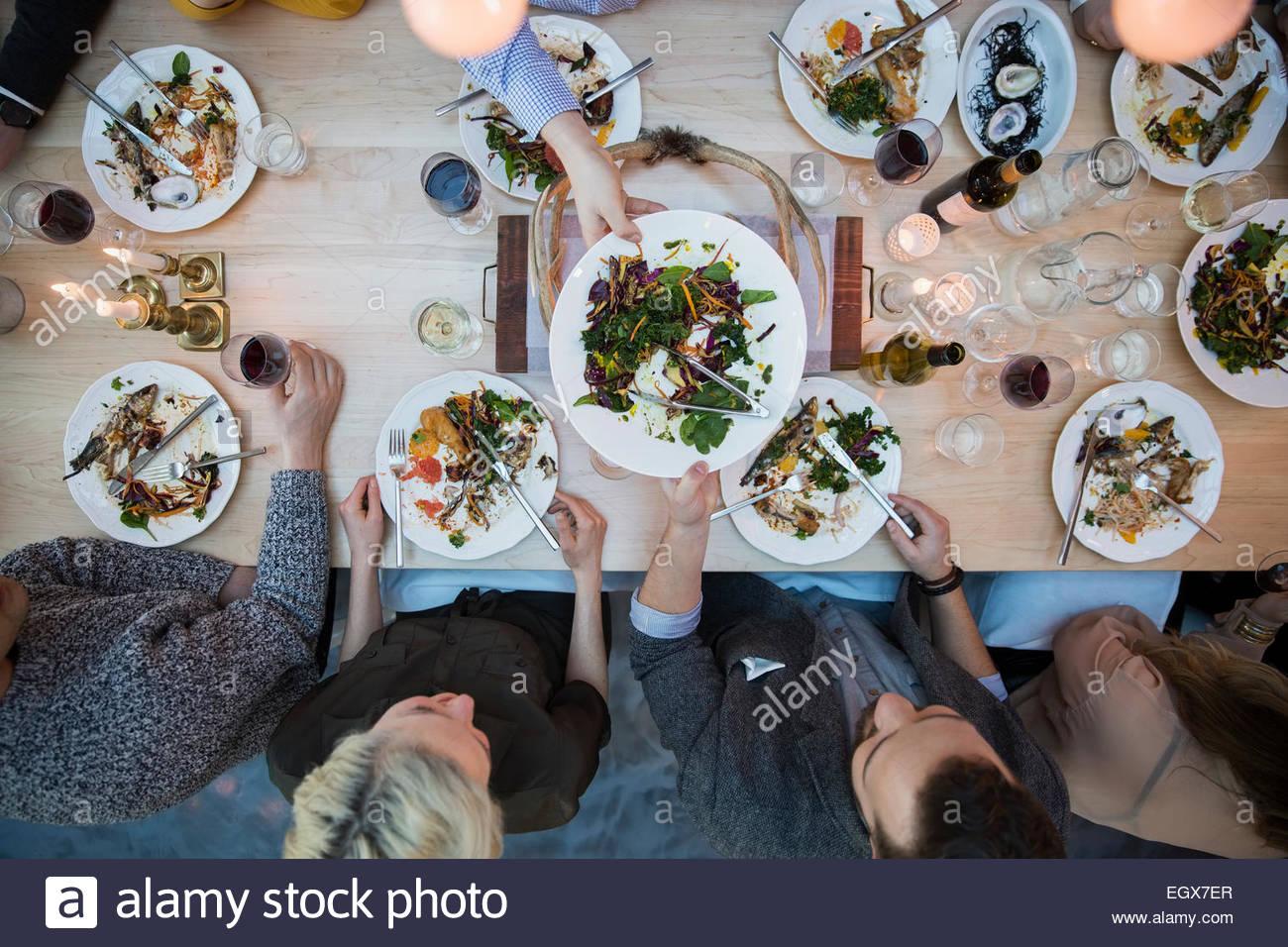 Ansicht von oben Freunde Essen am Tisch im restaurant Stockbild