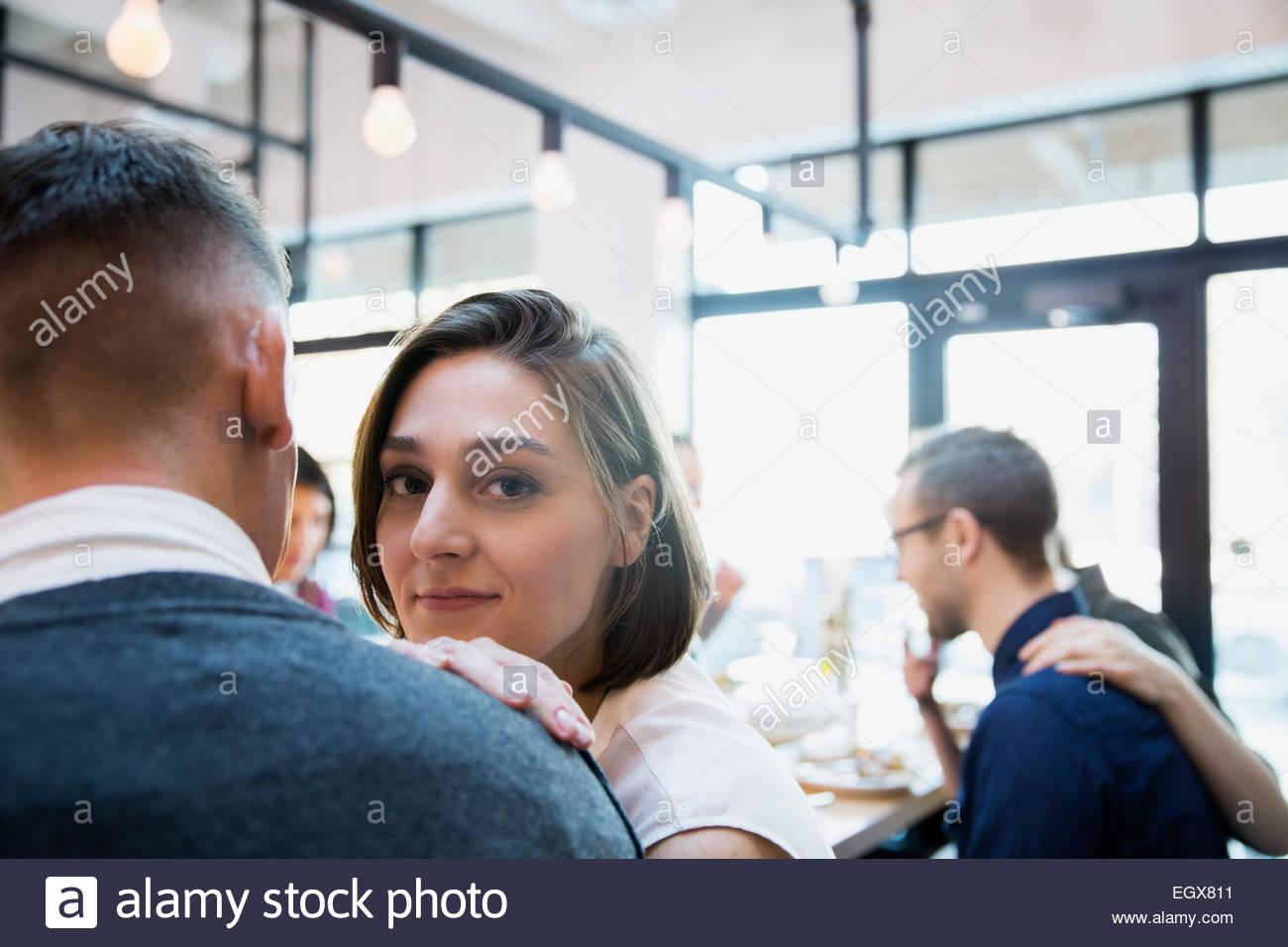 Porträt Frau mit Mann im restaurant Stockbild