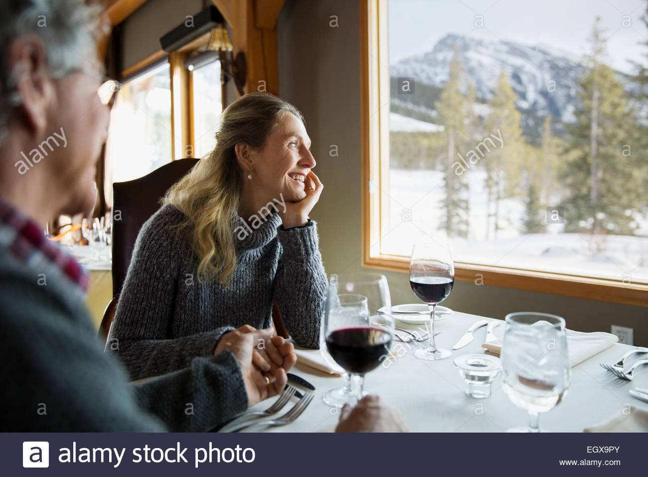 Paar Hand in Hand am Tisch im restaurant Stockbild
