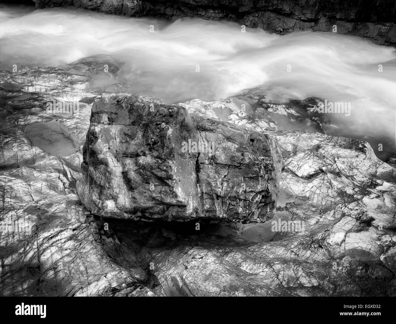 Tokumm Creek mit bunten Steinen. Marble Canyon. Kooteny Nationalpark, Kanada Stockbild