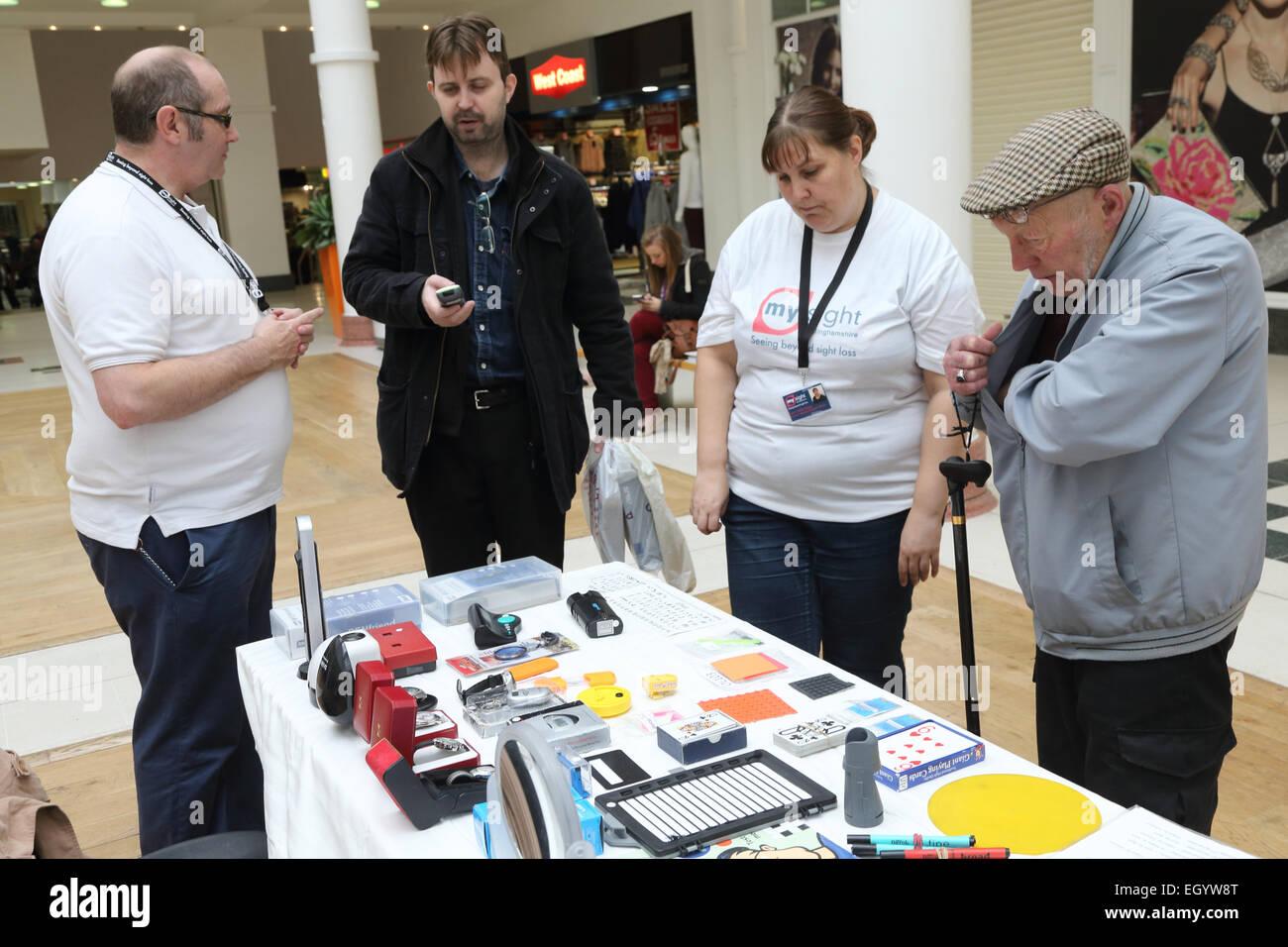 Stall, Förderung von Produkten und Dienstleistungen für Menschen mit Sehbehinderungen, ausgeführt Stockbild