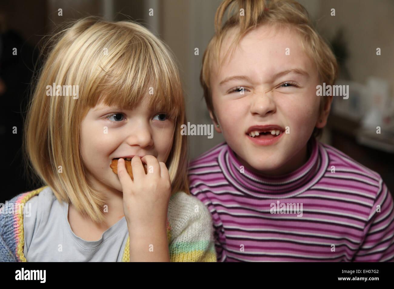 Kinder lustige Grimassen - Modell veröffentlicht Stockbild