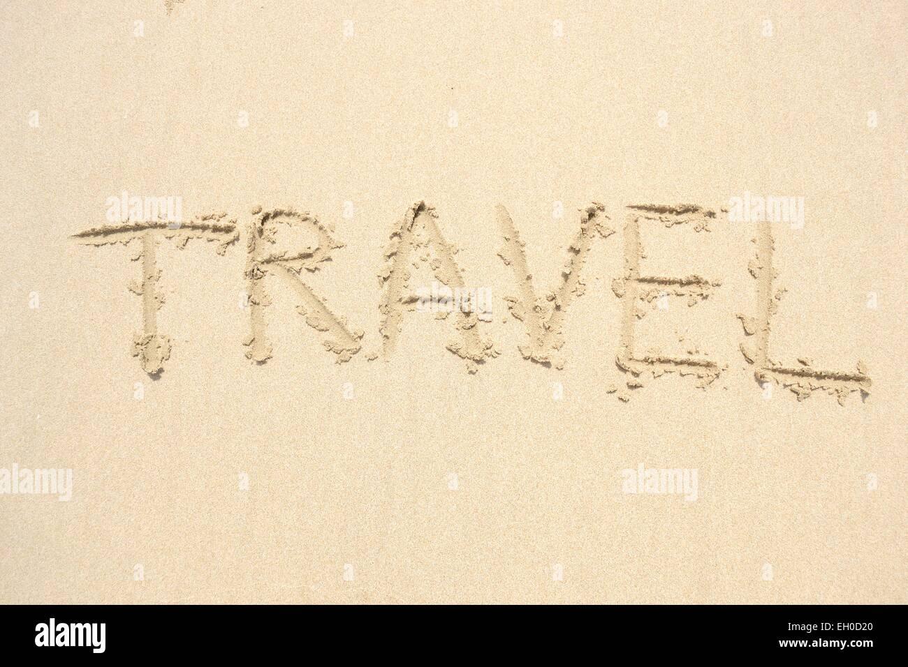 Hand gezeichnet von einem Wort Reisen am Strand Stockbild