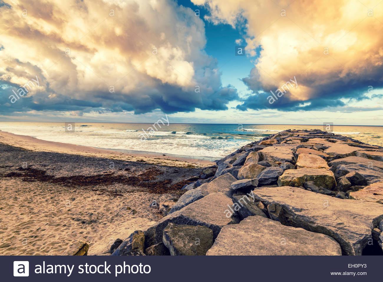 Blick entlang der Felsen Steg am majestätischen Gewitterwolken über dem Pazifischen Ozean. Carlsbad, California, Stockbild