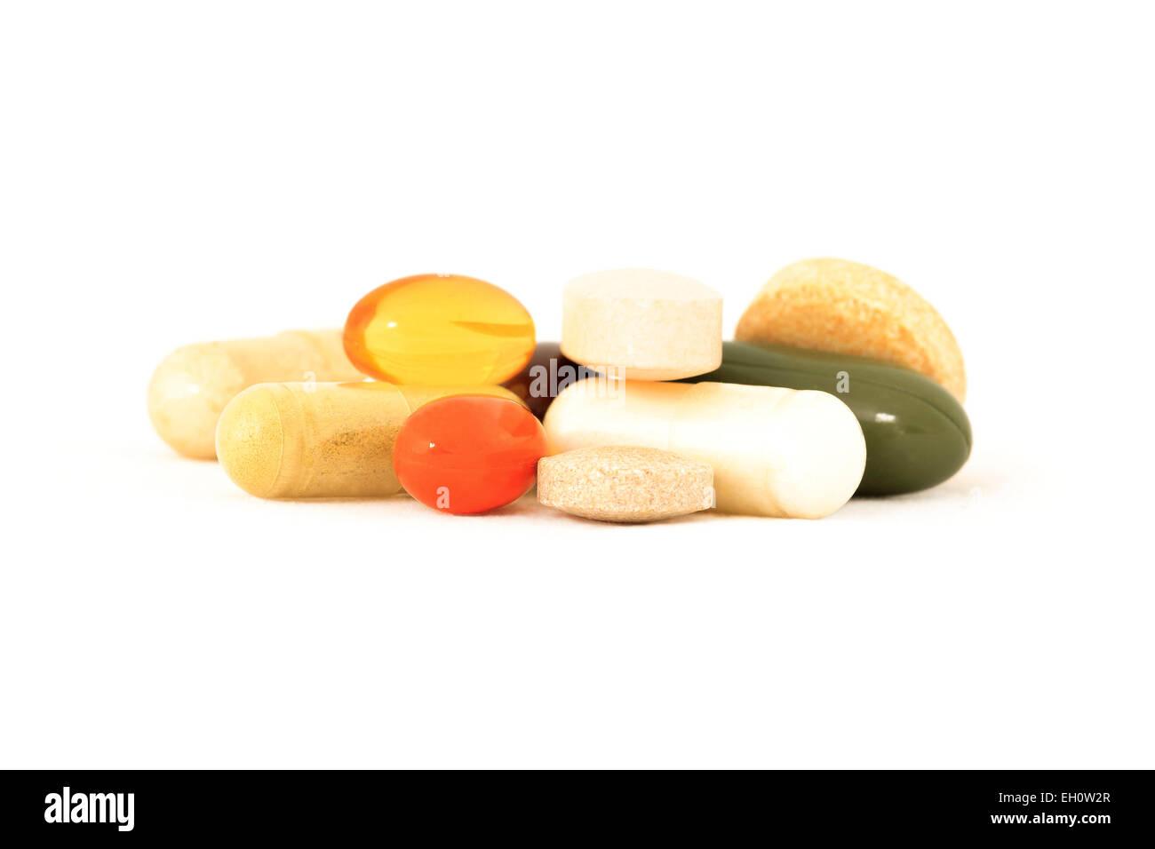 Verschiedene Vitamine und pflanzliche Präparate auf weißem Hintergrund Stockbild