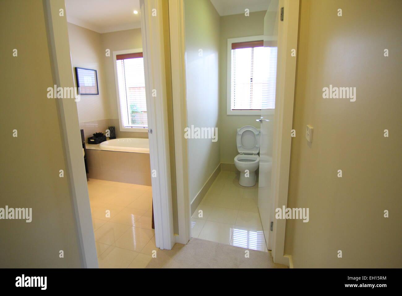 Modernes Bad mit separatem WC Stockfoto, Bild: 79317160 - Alamy