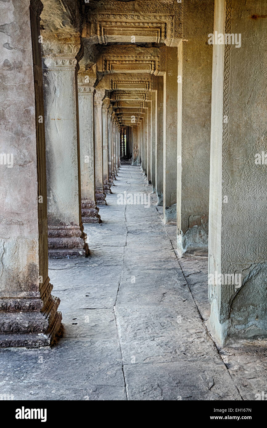 Einen steinernen Flur, der die Tempelanlage Angkor Wat in der Nähe von Siem Reap Kambodscha gehört. Stockbild