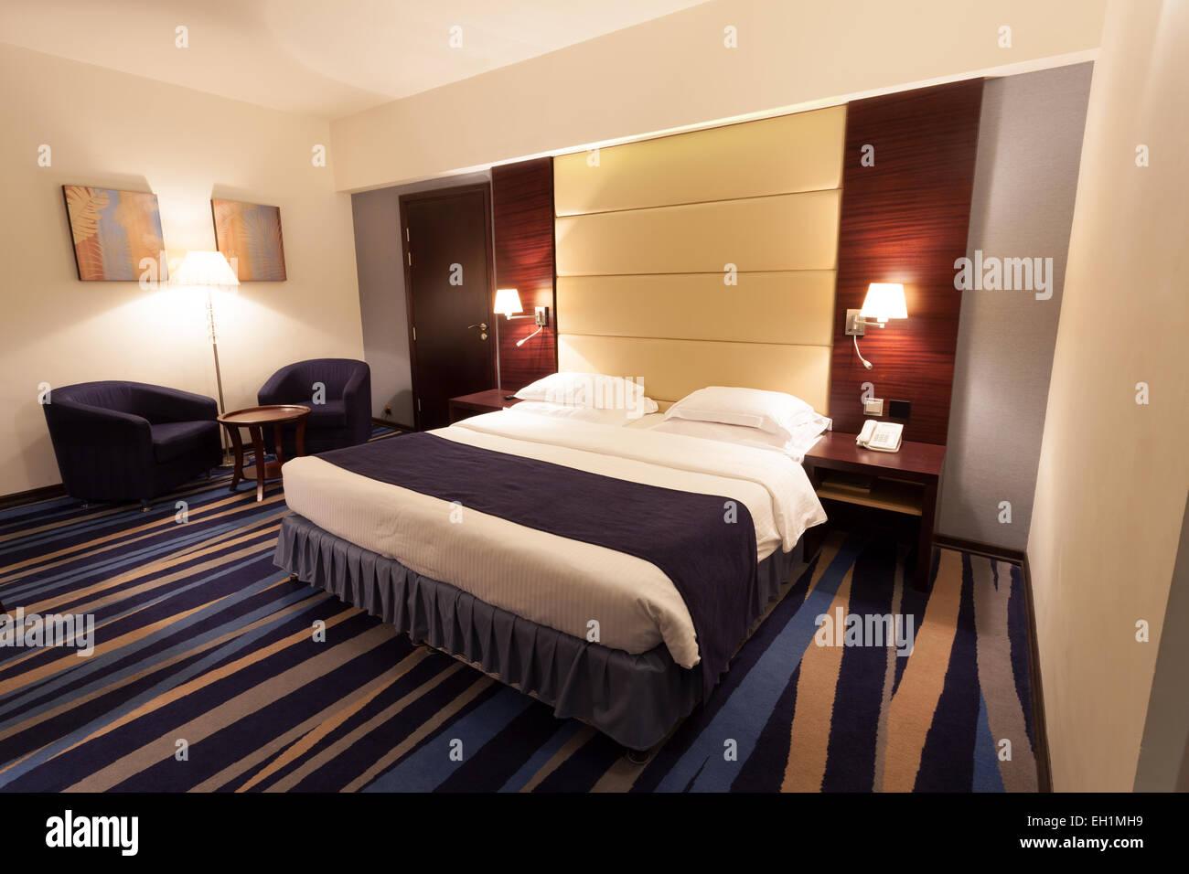 Moderne Zimmer mit Kingsize-Bett Stockfoto, Bild: 79328741 - Alamy