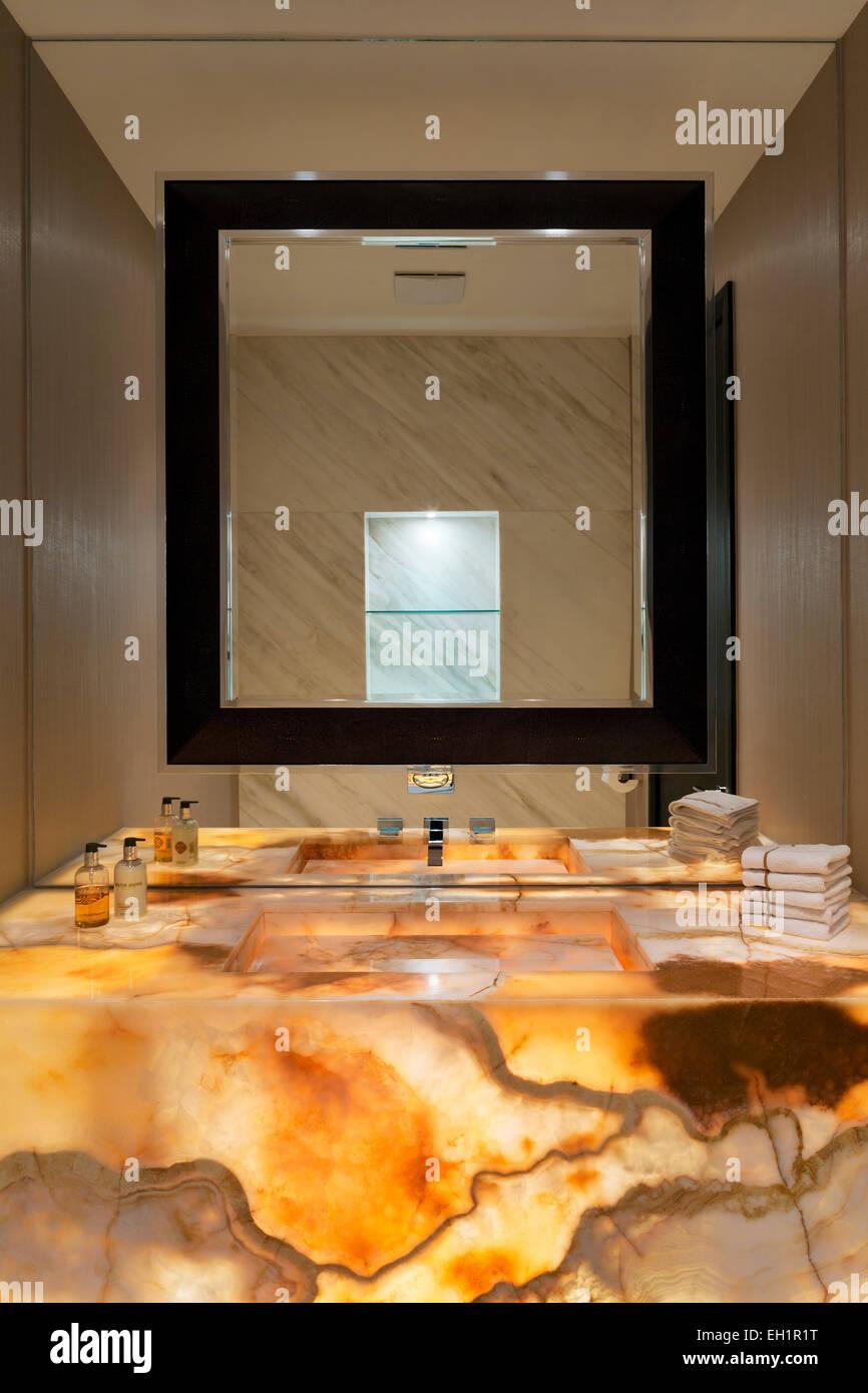g ste wc mit ma geschneiderten beleuchtete marmor waschbecken und waschtisch mit spiegel in. Black Bedroom Furniture Sets. Home Design Ideas