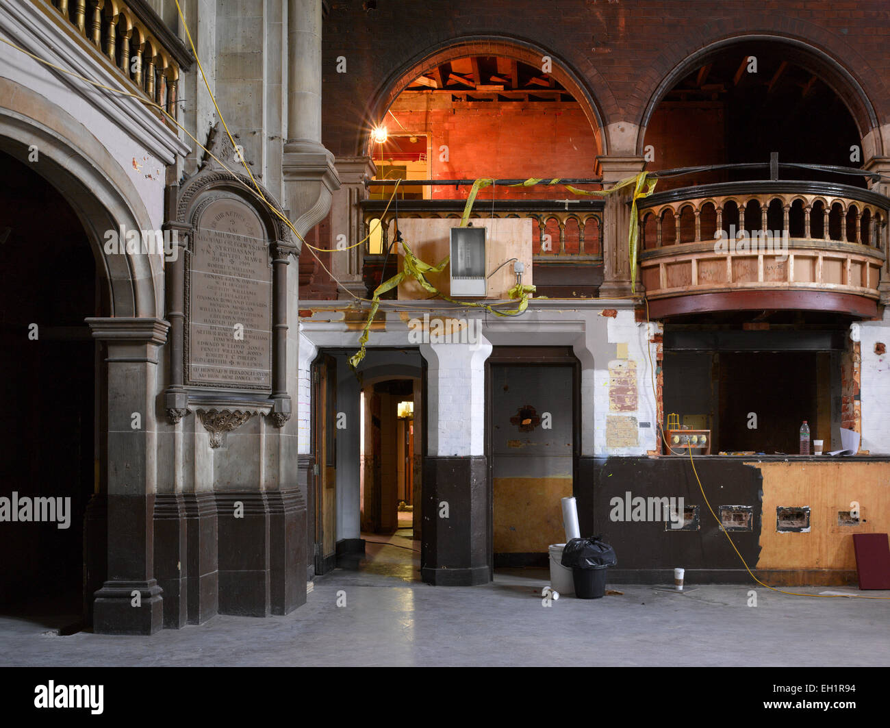 Torbögen und Balkon im Kirchensaal während der Renovierung, Waliser Kapelle, London, UK Stockbild