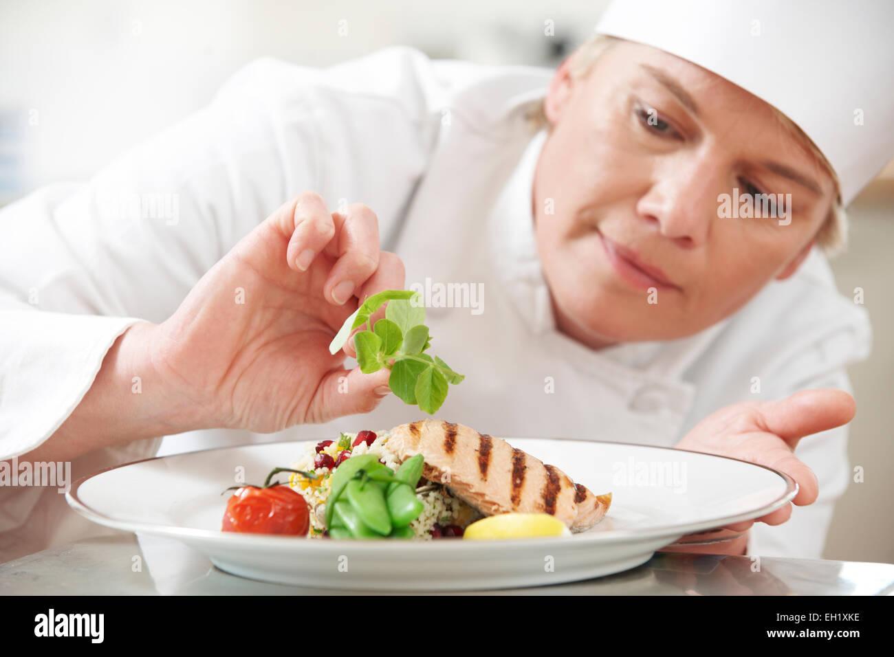 Koch, Essen im Restaurant Küche Garnitur hinzufügen Stockfoto, Bild ...