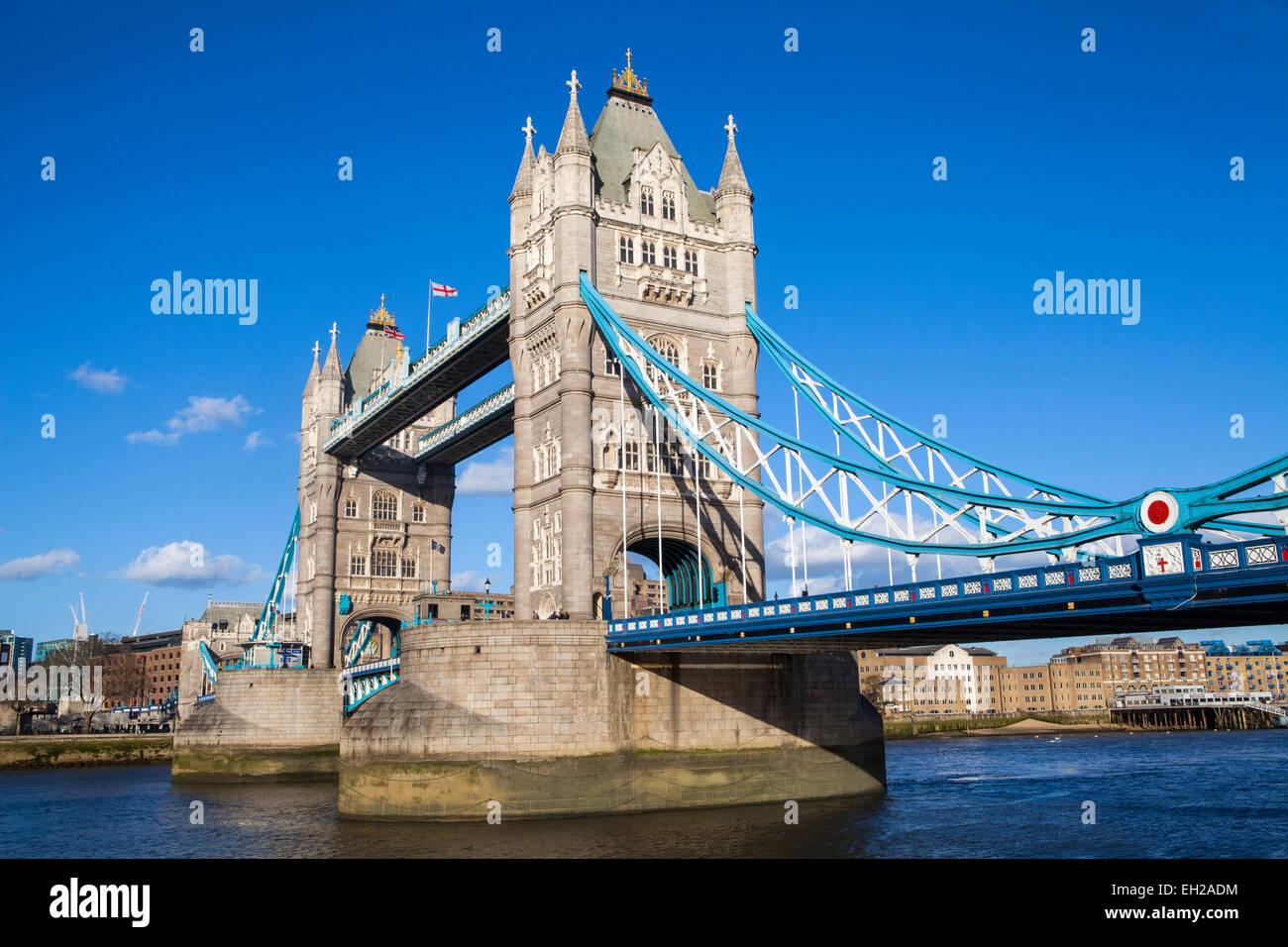 Die schöne Tower Bridge unter einem strahlend blauen Himmel in London. Stockbild