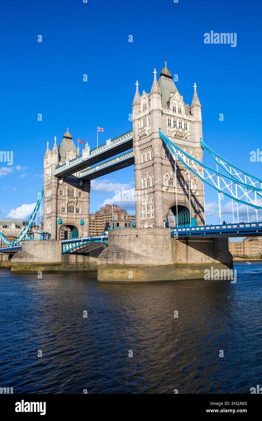 Die schöne Architektur der Tower Bridge unter einem strahlend blauen Himmel in London. Stockbild