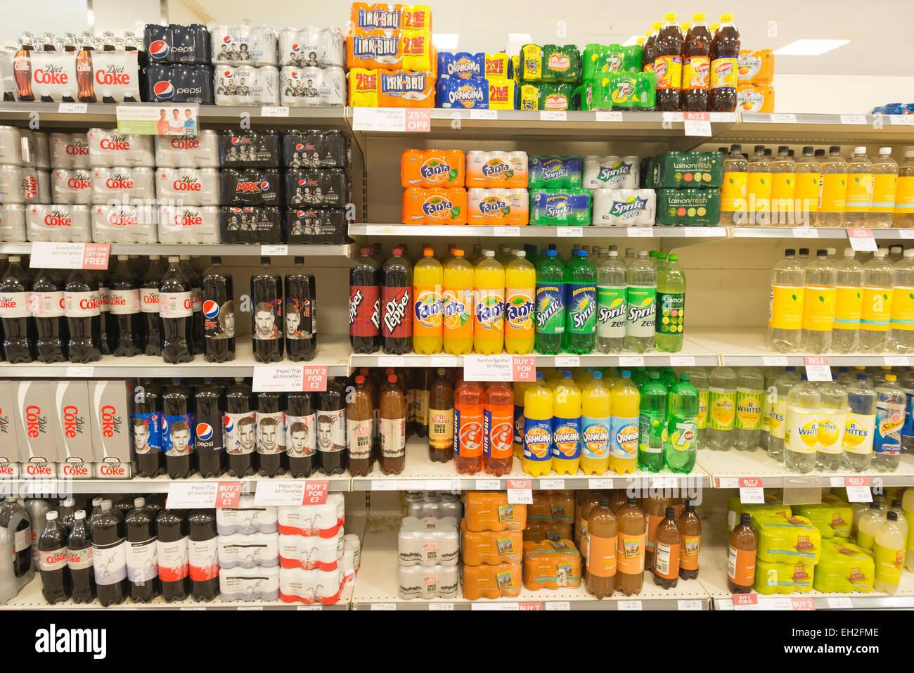 Vielzahl von alkoholfreien Getränken in den Supermarktregalen Stockbild