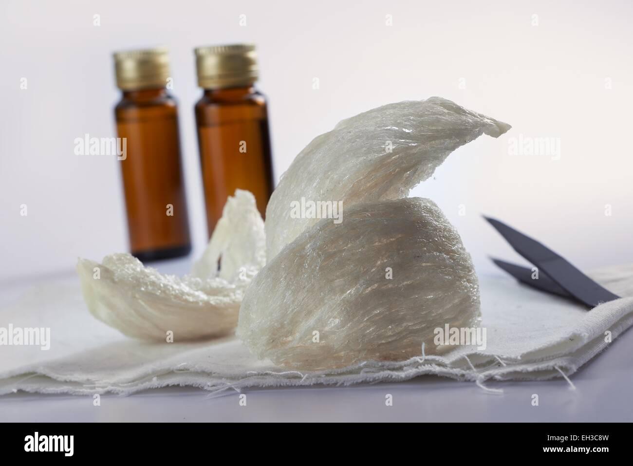 Essbare Birdnest mit Essenz Flasche und Zange auf sauberer Hintergrund Stockbild