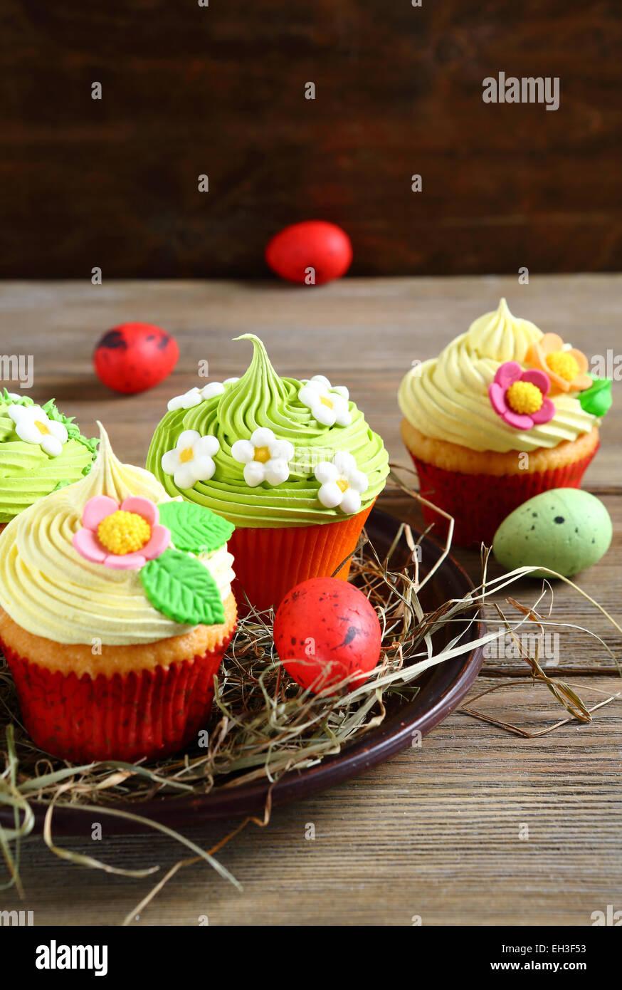 Oster-Cupcakes und Eiern, festliche Essen Stockbild