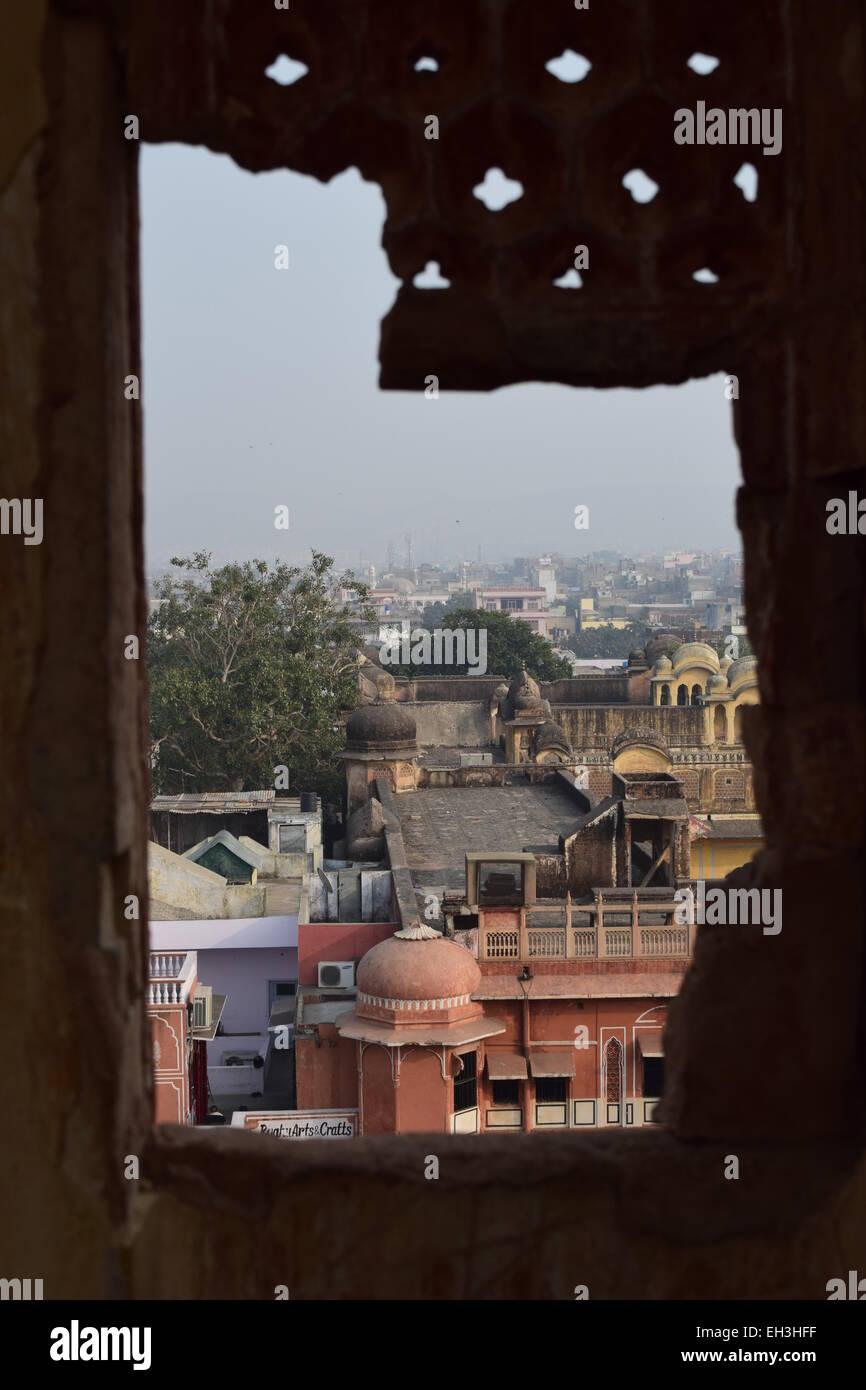 Blick über Jaipur von einem zerbrochenen Fenster. Stockbild
