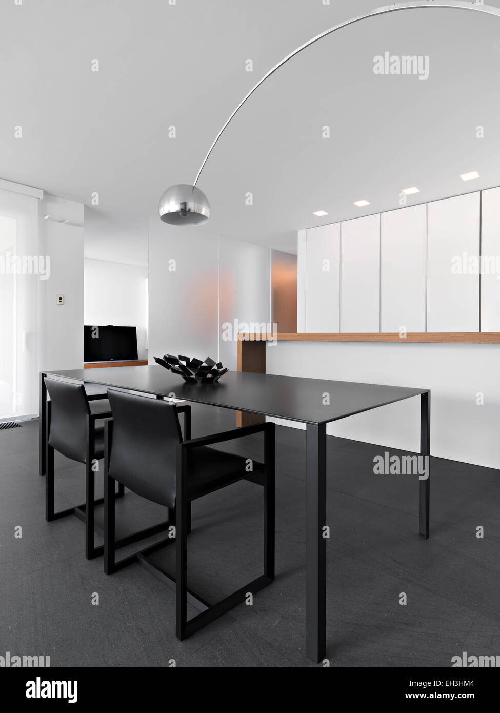 Innenansicht Eines Modernen Esszimmer Mit Esstisch Im Vordergrund Mit Blick  Auf Die Küche Mit Kochinsel