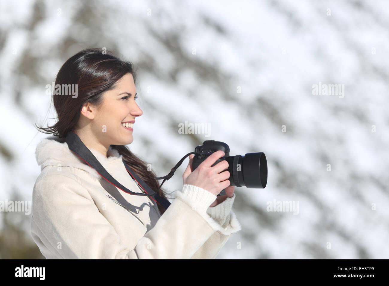 Touristischen Frau fotografieren im Winterurlaub mit einem schneebedeckten Berg im Hintergrund Stockbild