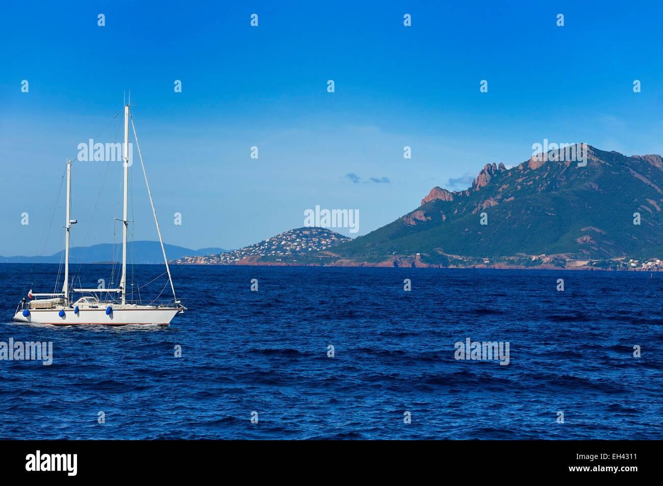 Frankreich, Alpes Maritimes, Segelboot aus der Lerins-Inseln und das Esterel-Gebirge im Hintergrund Stockbild