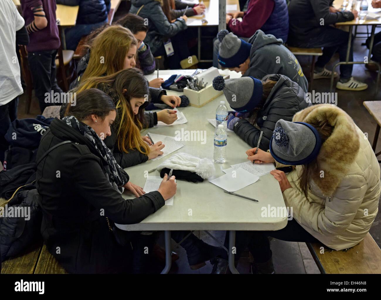 Jüdische Mädchen im Teenageralter schreiben persönliche Gebete an einen gadol an die Ohel in Cambria Stockbild