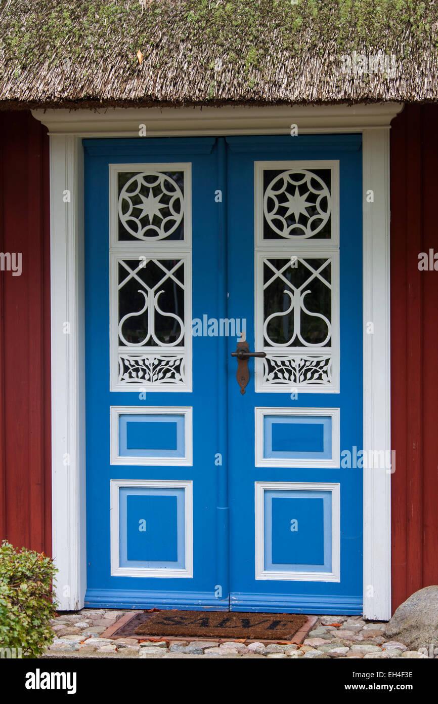 Verzierte Eingangstür des idyllischen Reetdachhaus in Born Auf Dem Darß / Darß, Fischland-Darß Stockbild