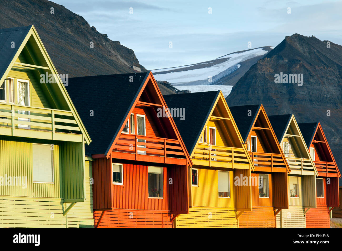 bunte h lzerne h user in der siedlung longyearbyen in sommer spitzbergen norwegen stockfoto. Black Bedroom Furniture Sets. Home Design Ideas